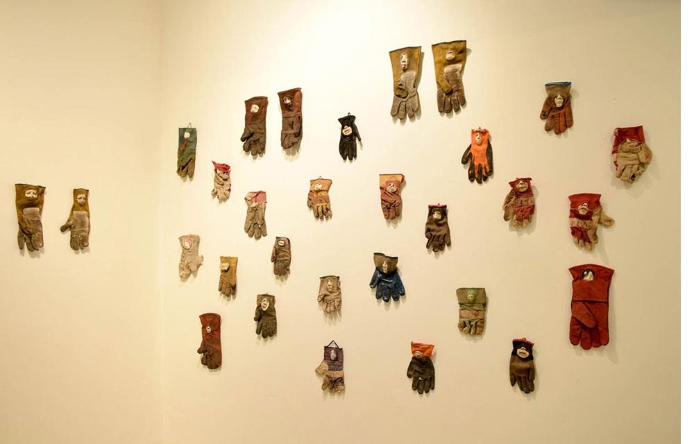 קיר-כפפות, 2014 |   פעמונים, 2014 |  (פרטים מתוך מיצב)