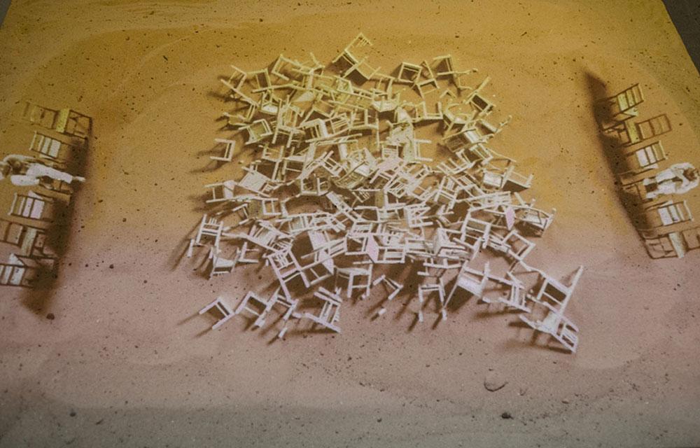 """כיסאות, הקרנת וידיאו ע""""ג חול, 2015"""