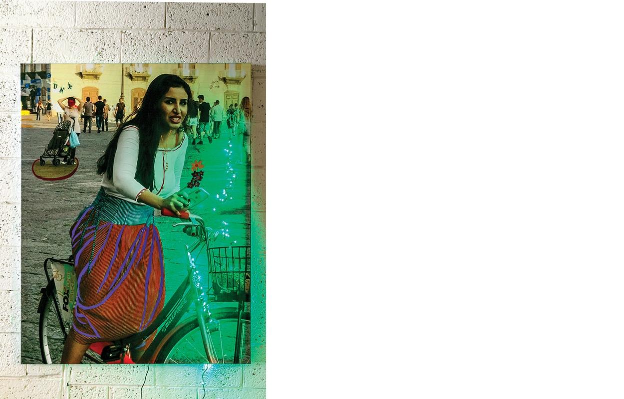 """הנערה בירוק, הדפסת צילום טכניקה מעורבת על בד/נייר, תאורת לד, 139/104 ס""""מ, 2018"""