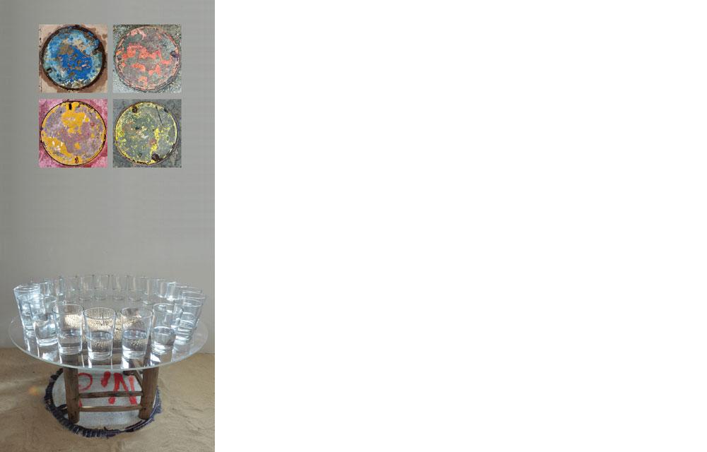 """צילום, הדפסה דיגיטאלית, כוסות זכוכית, מים, טס פרספקס, שרפרף וחול. 5 עבודות. כ""""א: 50 * 50 ס""""מ. סך גודל המיצב: 120 * 120 * 60 ס""""מ"""