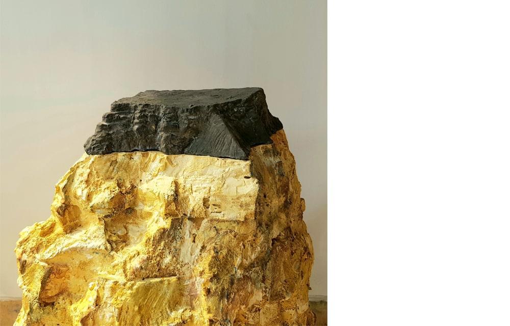 """מצדה שחורה על צוקי ספוג, מיצב: יציקת בטון, ספוג צבוע, כ-120 ס""""מ קוטר, גובה 80 ס""""מ, 2021"""