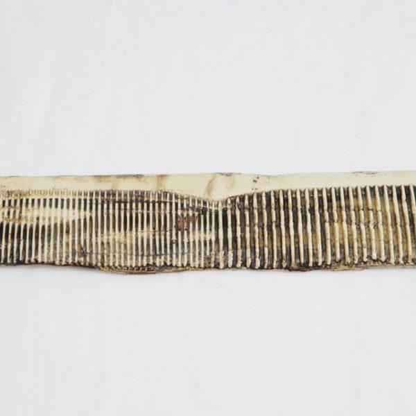 2020 | קרמיקה (יציקת חימר נוזלי, וצביעה בתחמוצות ואנגובים), מסרק גדול 21 ס